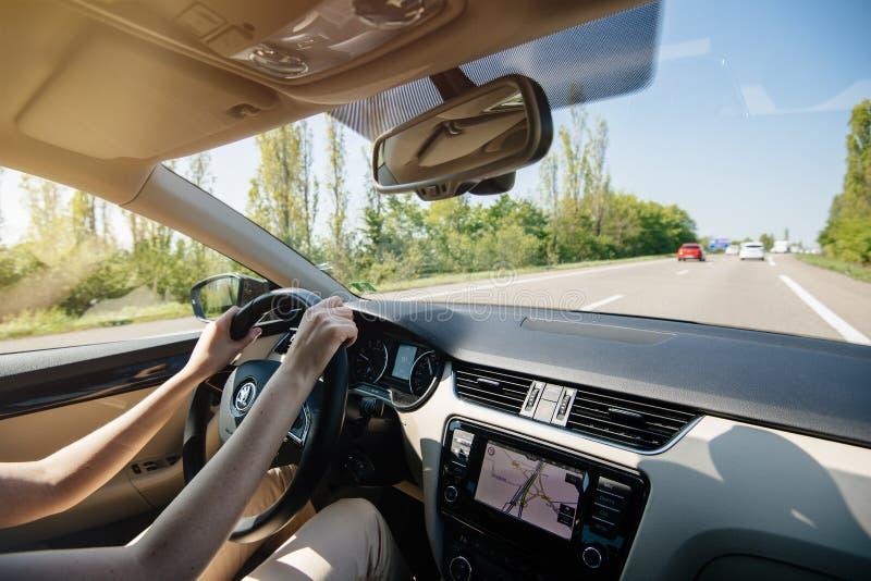 Die entspannte Frau, die Skoda-Luxusauto fährt, drehte sich auf GPS stockbilder