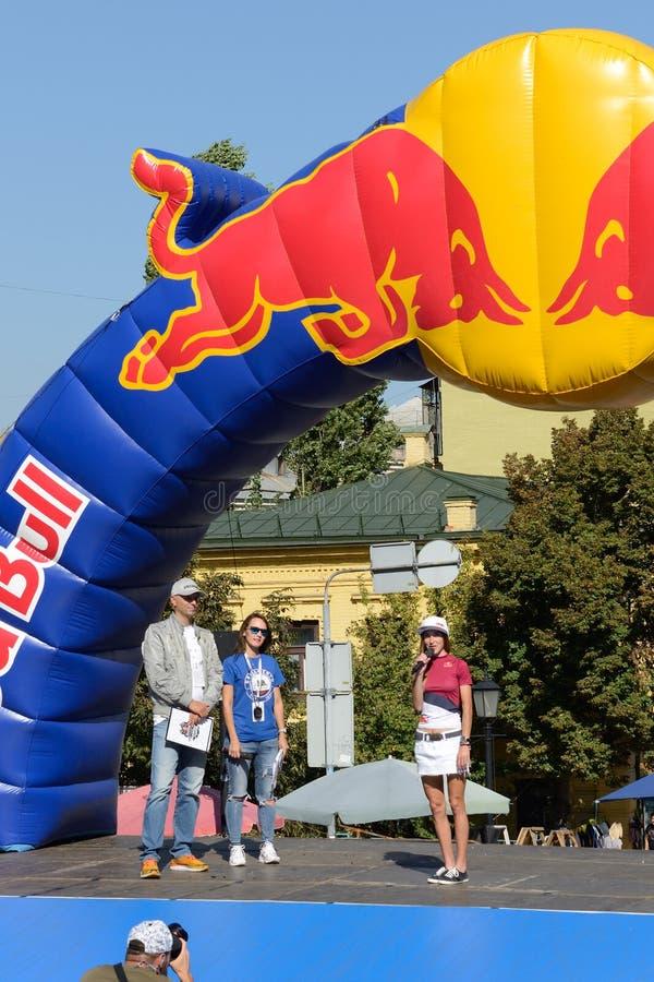 Die Eröffnungsfeier von Red Bull-Hügel-Geleitbooten durch ukrainischen Querfeldein-mtb Reiter Yana Belomoina lizenzfreie stockfotografie