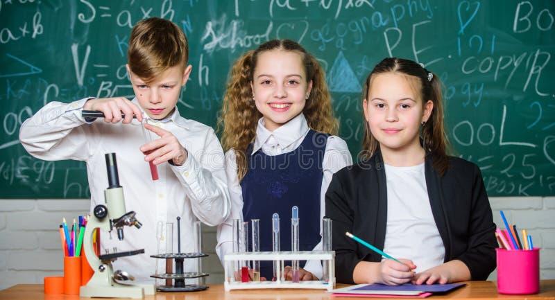Die Erforschung regt so auf Chemische Reaktion tritt wenn Substanz?nderung in neue Substanzen auf Schüler studieren Chemie herein stockfoto
