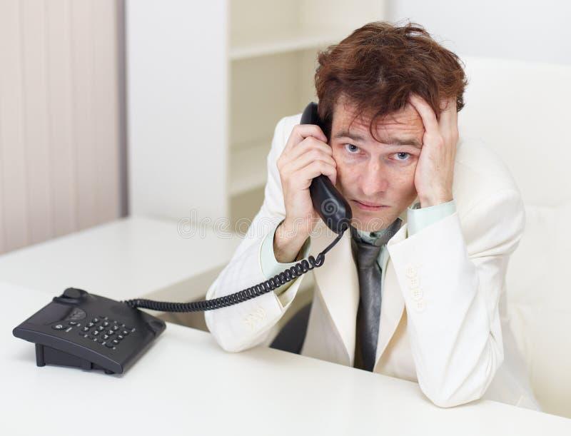 Die erregte Person steht durch Telefon in Verbindung stockfotografie