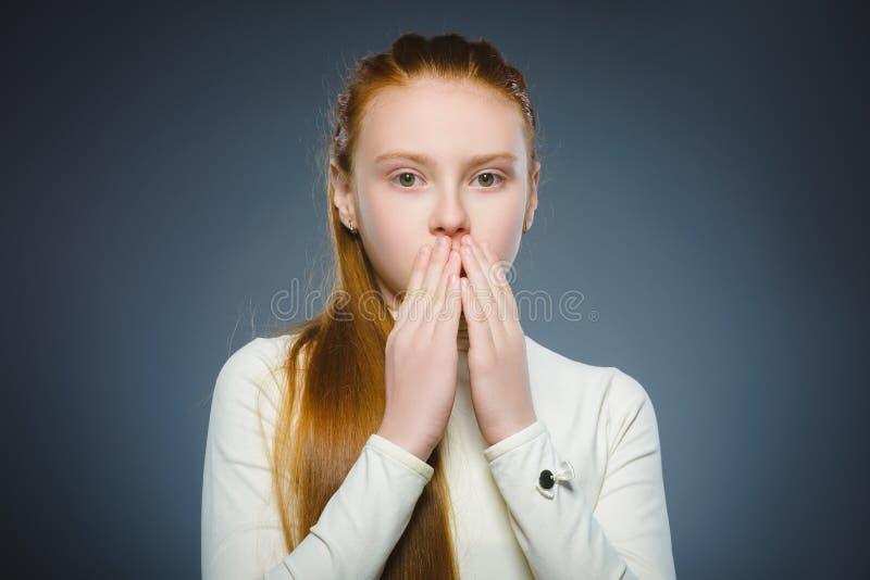 Die erschrockene Nahaufnahme und entsetzte kleines Mädchen Menschlicher Gefühlgesichtsausdruck stockbilder