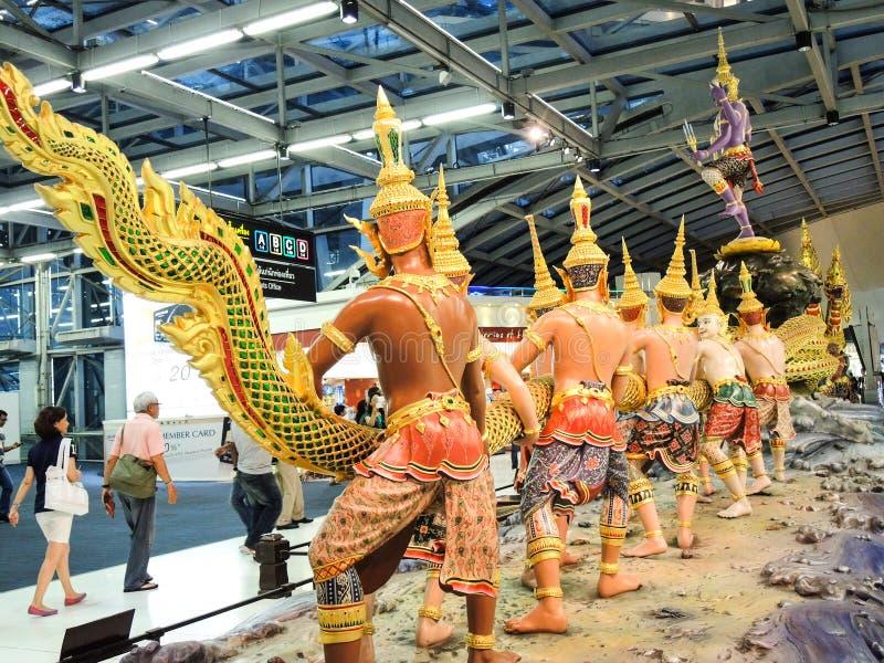 Die erstaunliche Skulptur, die Geschichte von hindischem Epose Ramayana-Charakter an Suvarnabhumi-Flughafen zeigt lizenzfreies stockbild