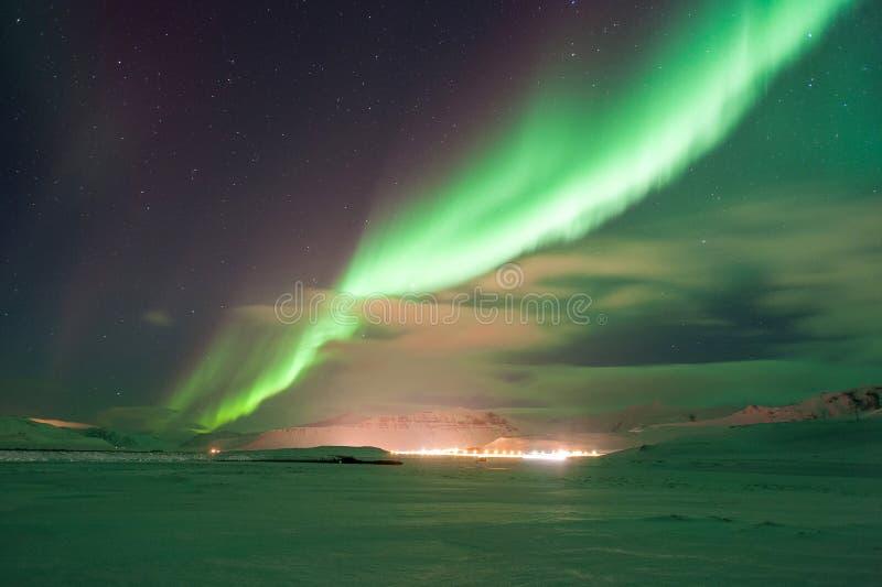 Die erstaunlichen Nordlichter über der Landschaft im Winter Island stockbild