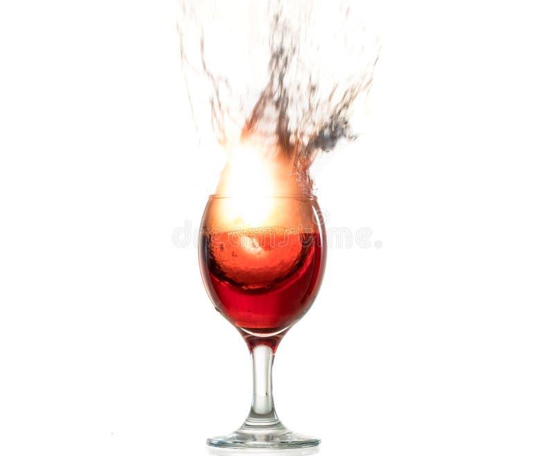Die Explosion des Weins in einem Glas, viel spritzt und zersplittert, der Schaden des Alkohols lizenzfreie stockbilder