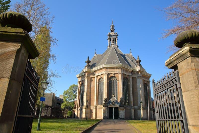 Die externe Fassade der neuen Kirche Nieuwe Kerk, gelegen auf dem Spui in Den Haag stockfoto