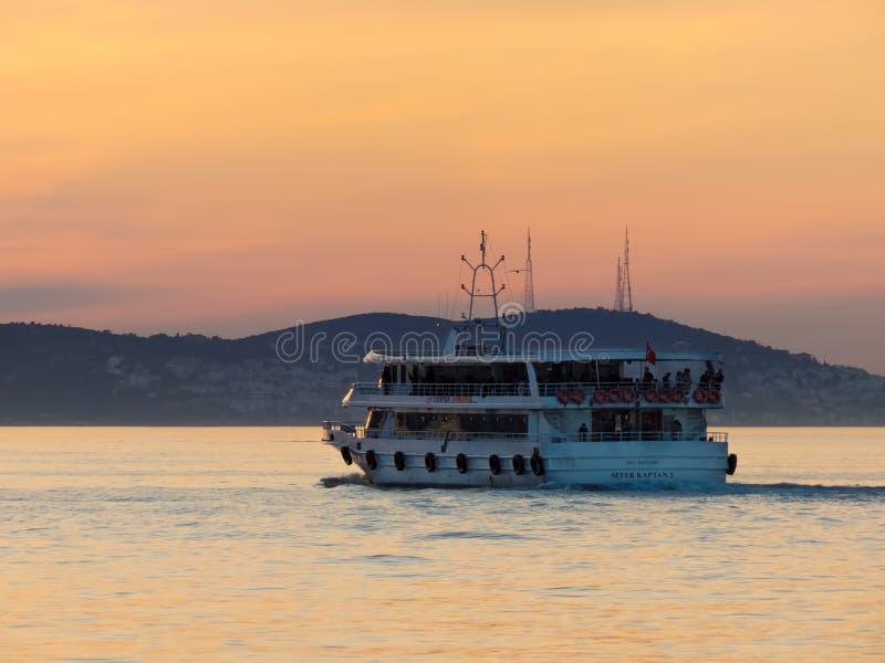 Die Fähre reist von der Insel Buyukada ab lizenzfreie stockbilder