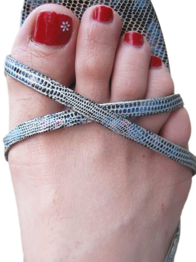Die Füße der Frau in den Schuhen mit verzierten gemalten Nägeln lizenzfreies stockbild