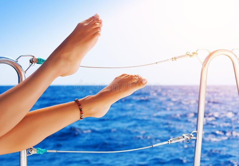 Die Füße der Frauen auf der Yacht stockfotografie