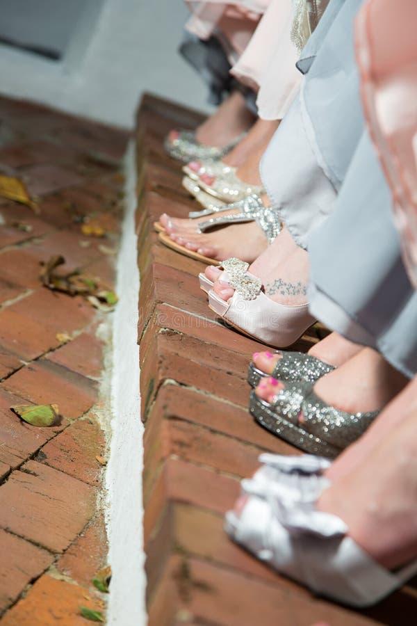 Die Füße der Frauen in den eleganten Schuhen stockfotos