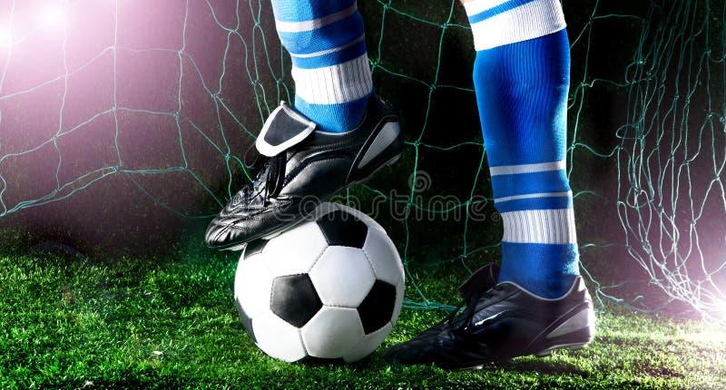 Die Füße des Fußballspielers stockfotos