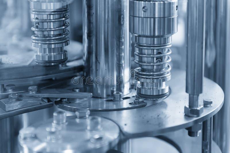 Die füllende Produktionsmaschine der Flasche lizenzfreie stockfotos