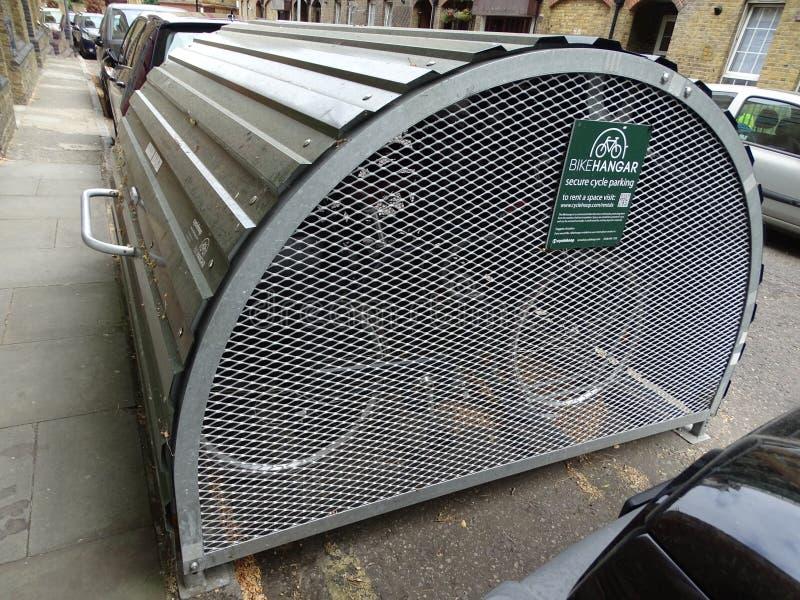 Die Fahrradhalter, die durch ein halb Kreis- eingehängtes Dach eingeschlossen wurden, nannten einen Fahrradhangar in Süd-London,  stockfoto