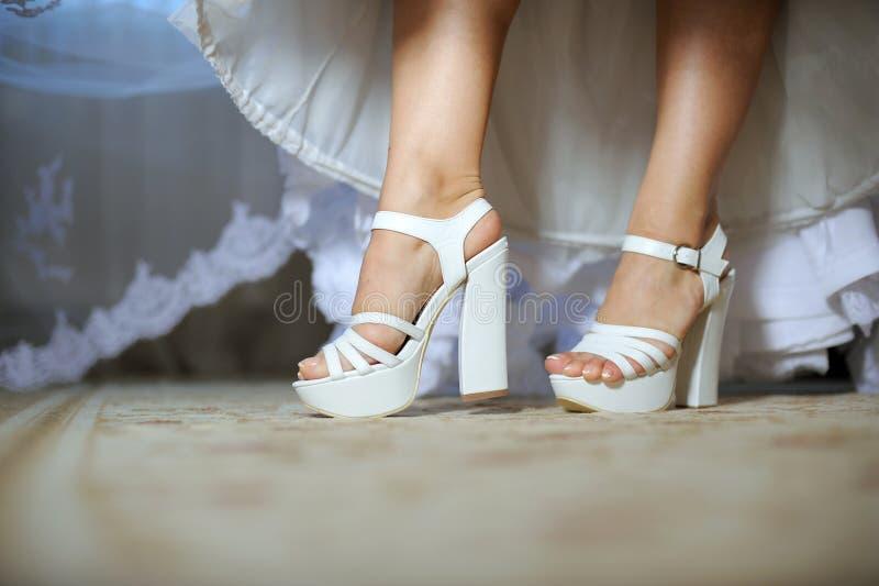 Die Fahrwerkbeine der Braut stockbilder