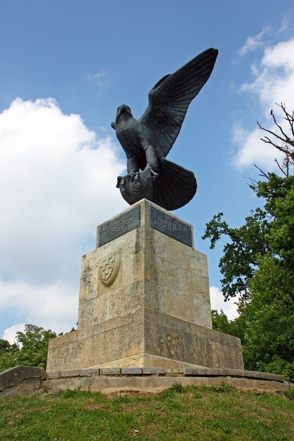 Die Falkeskulptur stockfotos