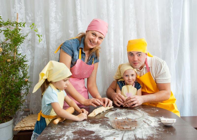 Die Familie bereitet sich vor stockfotografie