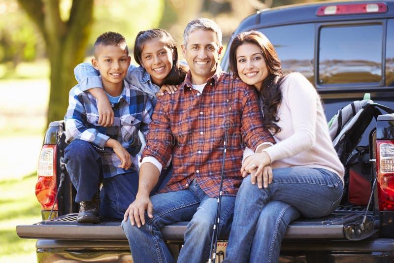 Die Familie, die herein sitzt, heben LKW an kampierendem Feiertag auf stockfoto