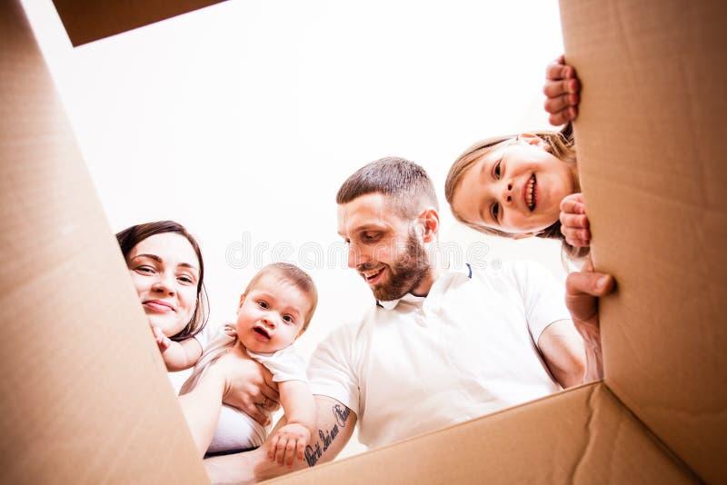 Die Familie empfing ein Paket lizenzfreies stockfoto