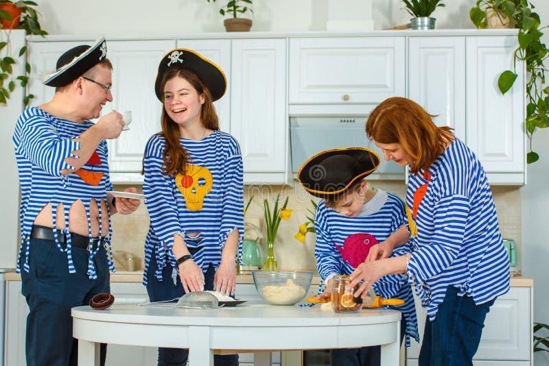 Die Familie kocht zusammen Ehemann, Frau und ihre Kinder in der Küche Familie knetet Teig mit Mehl lizenzfreies stockbild