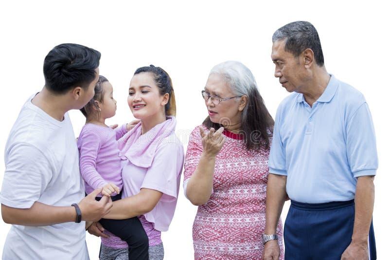 Die Familie mit drei Generationen trägt Sportkleidung auf Studio lizenzfreie stockfotografie