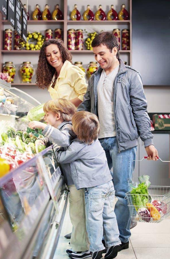 Die Familie mit Kindern lizenzfreie stockbilder