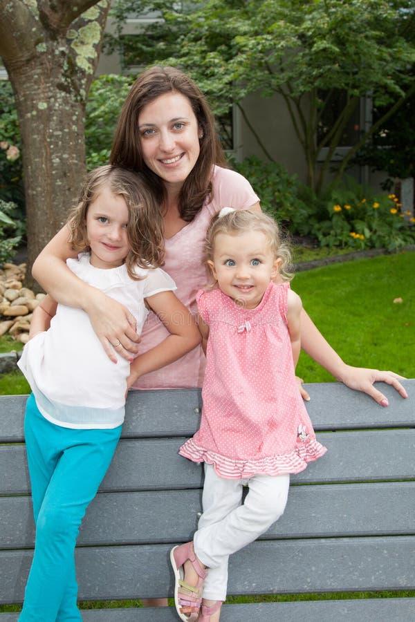 Die Familien-Generationen, die Zusammengehörigkeit erziehen, fangen Natur-Konzept im Garten auf stockfotografie