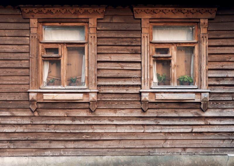 Die Fassade der alten Holzhäuser mit Fenstern lizenzfreies stockfoto