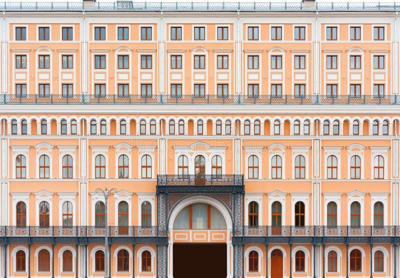 Die Fassade des alten schönen Gebäudes Windows und Balkon lizenzfreie stockfotos