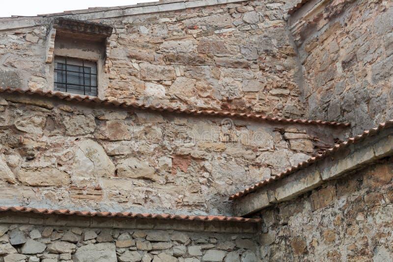 Die Fassade des alten Steingebäudes lizenzfreies stockbild