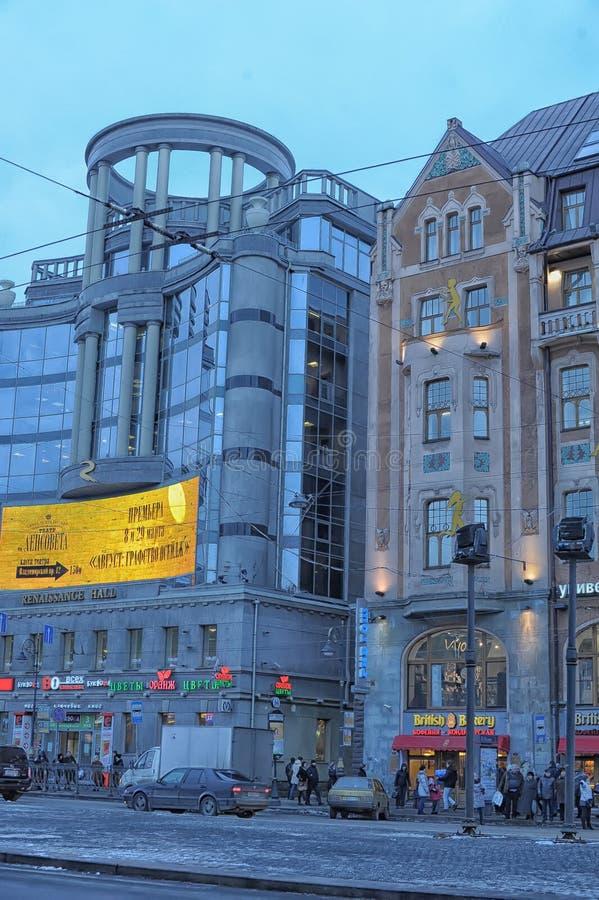Die Fassade des Gebäudes des Regent-Hall-Einkaufszentrums und der Landschaftsgestaltung von Vladimirskaya-Quadrat in St Petersbur stockfoto