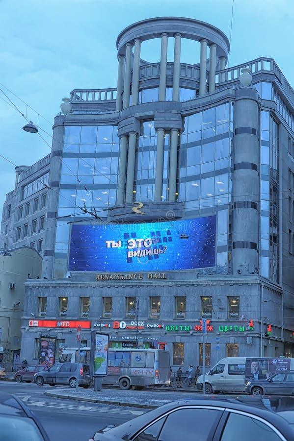 Die Fassade des Gebäudes des Regent-Hall-Einkaufszentrums und der Landschaftsgestaltung von Vladimirskaya-Quadrat in St Petersbur lizenzfreies stockbild
