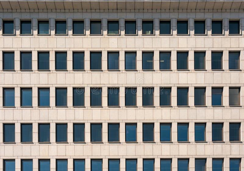 Die Fassade des modernen Gebäudes mit rechteckigem Windows und Gesims lizenzfreie stockfotografie