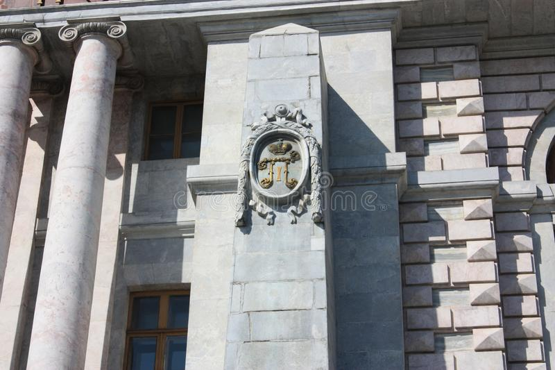 die Fassade des Palastes mit Dekorationen in Form eines Symbols des Zars Peter lizenzfreie stockfotos