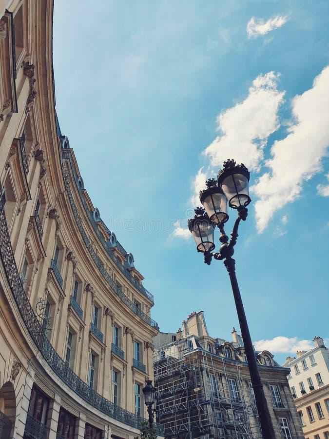 Die Fassade des Pariser Gebäudes und der blaue Himmel in Paris, Frankreich lizenzfreie stockbilder