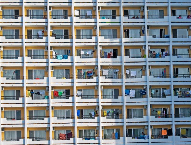 Die Fassade eines Hotels viele Räume und Terrassen stockfotografie