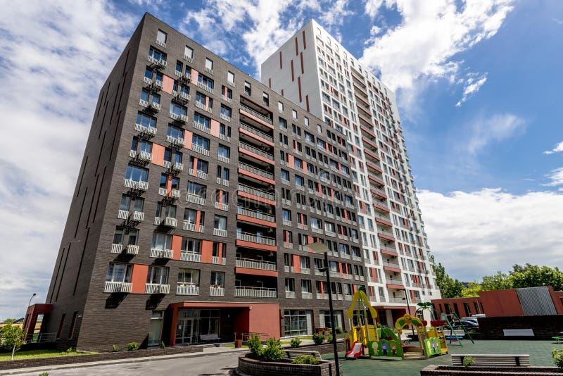 Die Fassade eines mehrstöckigen Wohngebäudes des modernen Hochhauses in Moskau mit Balkonen lizenzfreie stockfotos