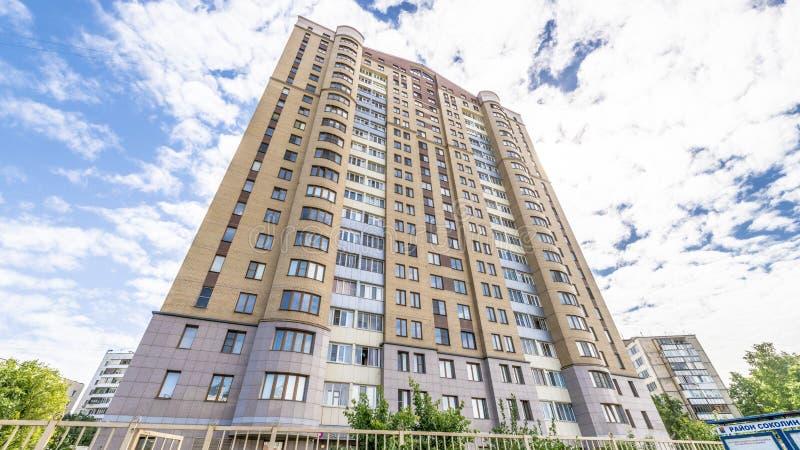 Die Fassade eines mehrstöckigen Wohngebäudes des modernen Hochhauses in Moskau mit Balkonen lizenzfreie stockbilder