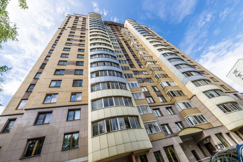 Die Fassade eines mehrstöckigen Wohngebäudes des modernen Hochhauses in Moskau mit Balkonen stockfotos