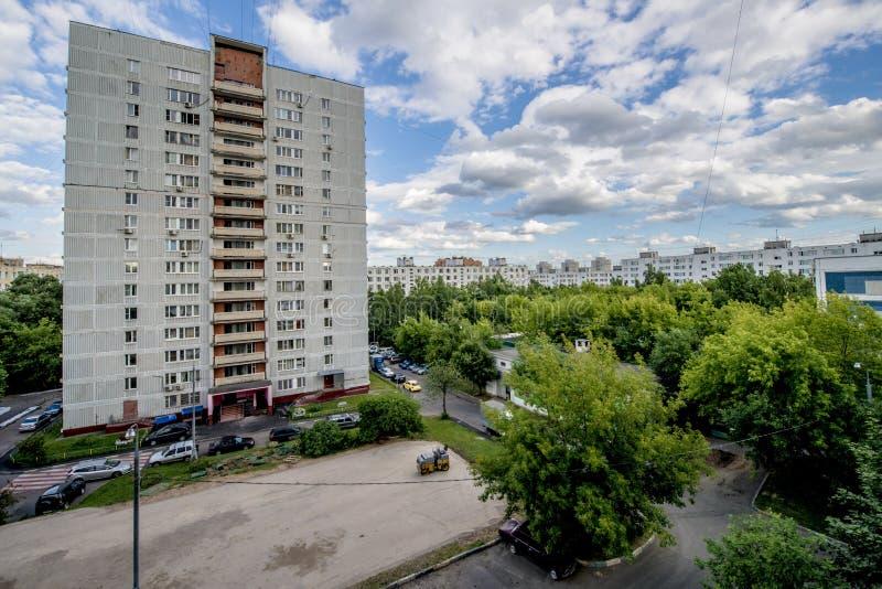 Die Fassade eines mehrstöckigen Wohngebäudes des modernen Hochhauses in Moskau mit Balkonen stockfotografie