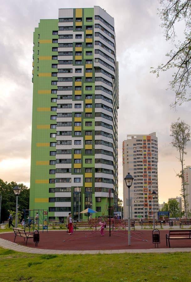 Die Fassade eines mehrstöckigen Wohngebäudes des modernen Hochhauses in Moskau mit Balkonen lizenzfreies stockbild
