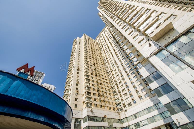 Die Fassade eines mehrstöckigen Wohngebäudes des modernen Hochhauses in Moskau mit Balkonen lizenzfreie stockfotografie