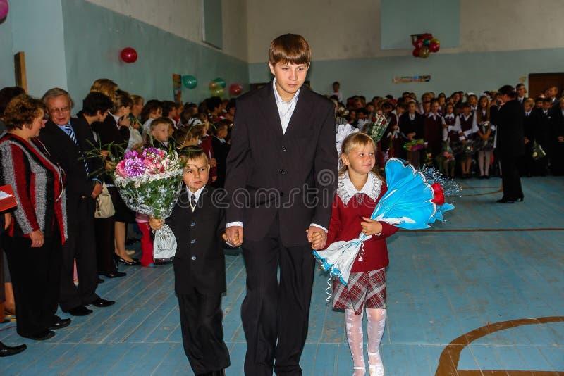 Die Feier der letzten Glocke in einer ländlichen Schule in Kaluga-Region in Russland lizenzfreies stockfoto