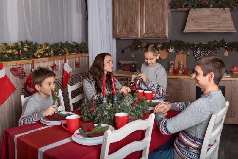 Die Feier des neuen Jahres am verzierten Tisch der Familie Abend für Eltern mit Kindern stockfotografie
