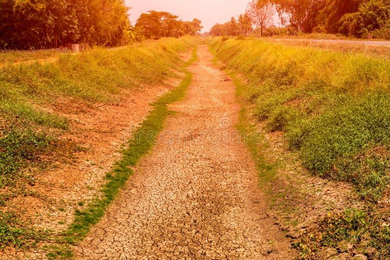Die Felder sind trocken, das Land ist defekt stockbilder