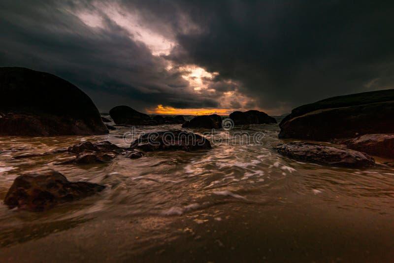 Die Felsen auf dem Strand sind stürmisch stockfotos