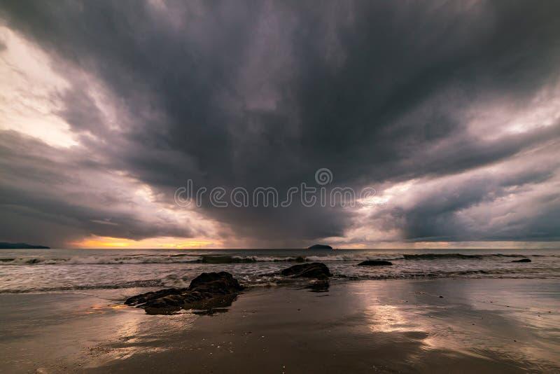 Die Felsen auf dem Strand sind stürmisch lizenzfreies stockbild