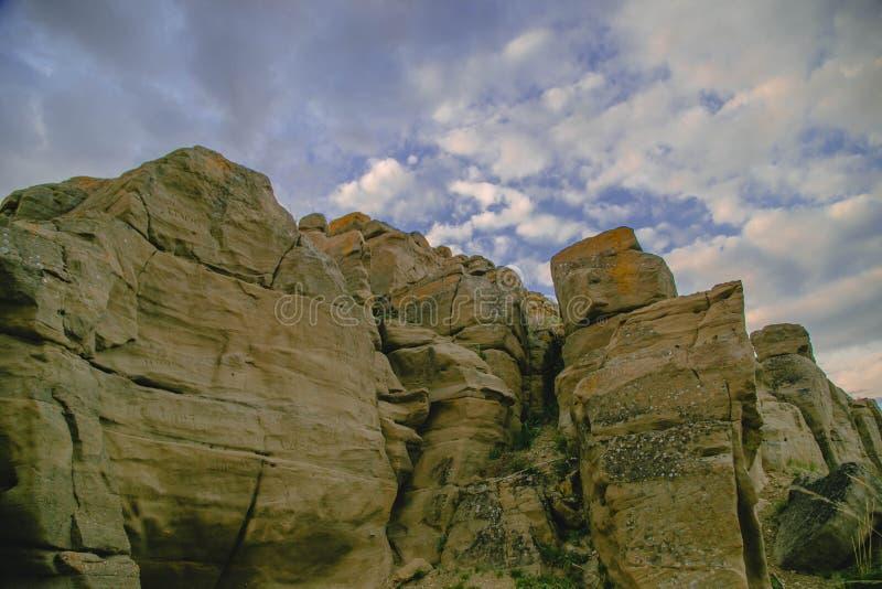 Die Felsen unter den Wolken stockfoto