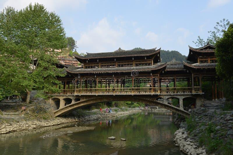 Die Fengyu-Brücken-Wind-Regenbrücke in Xijiang Qianhu Miao Village lizenzfreie stockfotografie