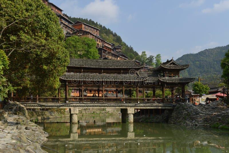 Die Fengyu-Brücken-Wind-Regenbrücke in Xijiang Qianhu Miao Village lizenzfreies stockbild