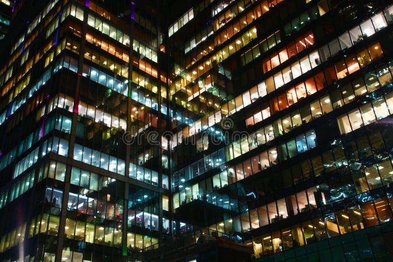 Die Fenster von Büros reflektieren sich lizenzfreie stockbilder