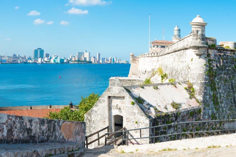 Die Festung von EL Morro in Havana und in den Stadtskylinen lizenzfreies stockbild